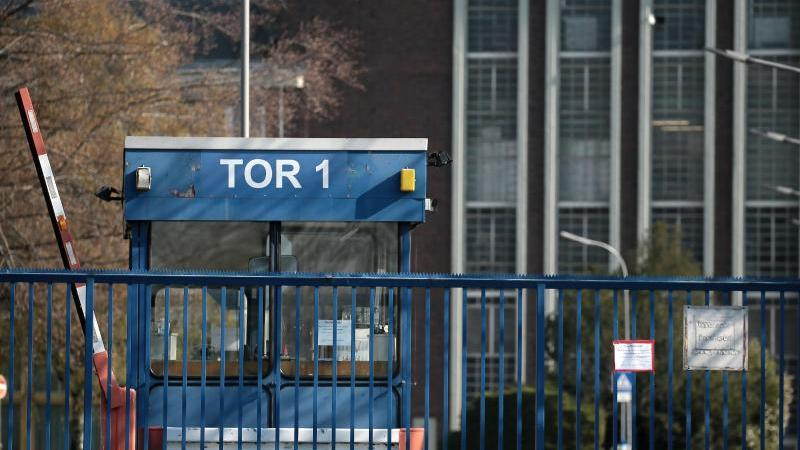 Das Tor 1 am Ford Werk in Köln ist geschlossen. Im neuen Risikobarometer der Allianz sind Pandemien im Vergleich zum Vorjahr vom 17. auf den 2. Platz empor geschossen. Foto: Oliver Berg/dpa