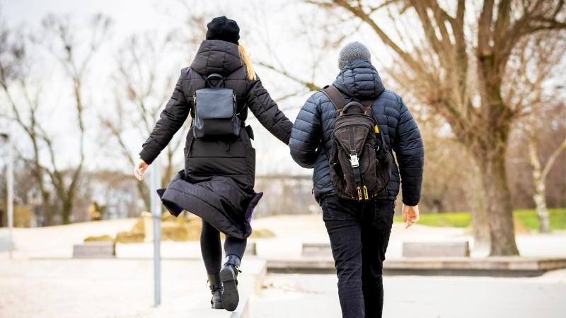 Spazierengehen ist ein natürlicher Stimmungsaufheller - auch an trüben Tagen. Foto: Moritz Frankenberg/dpa/dpa-tmn