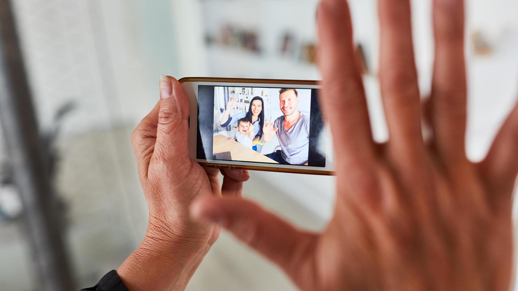 """Sich durch das Smartphone nah sein: Die App """"Remember Me"""" will Familien in der Pandemie virtuell verbinden."""