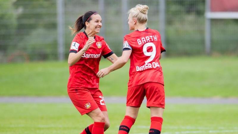 Leverkusens Merle Barth (r) freut sich mit Bayerns Neuzugang Ivana Rudelic über ein Tor. Foto: Rolf Vennenbernd/dpa/Archivbild