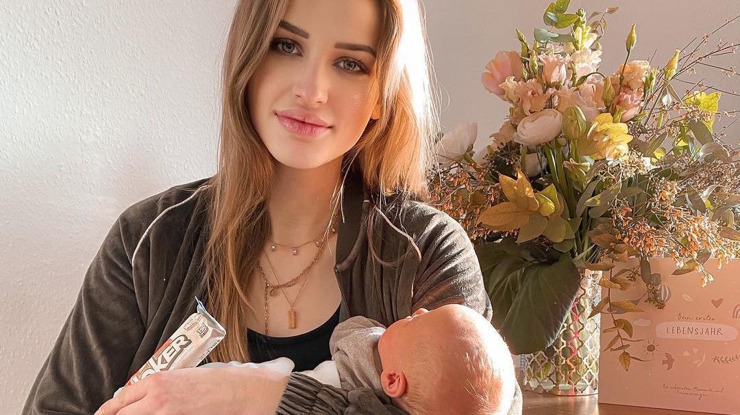 Neele Bronst mit ihrem kleinen Söhnchen.