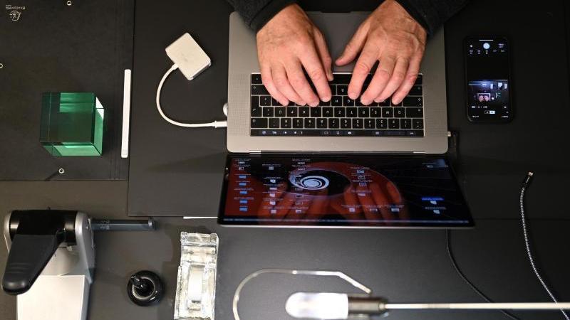 In Zeiten von Corona;: Ein Mann arbeitet zu Hause an einem Laptop in seinem Homeoffice. Foto: Felix Kästle/dpa
