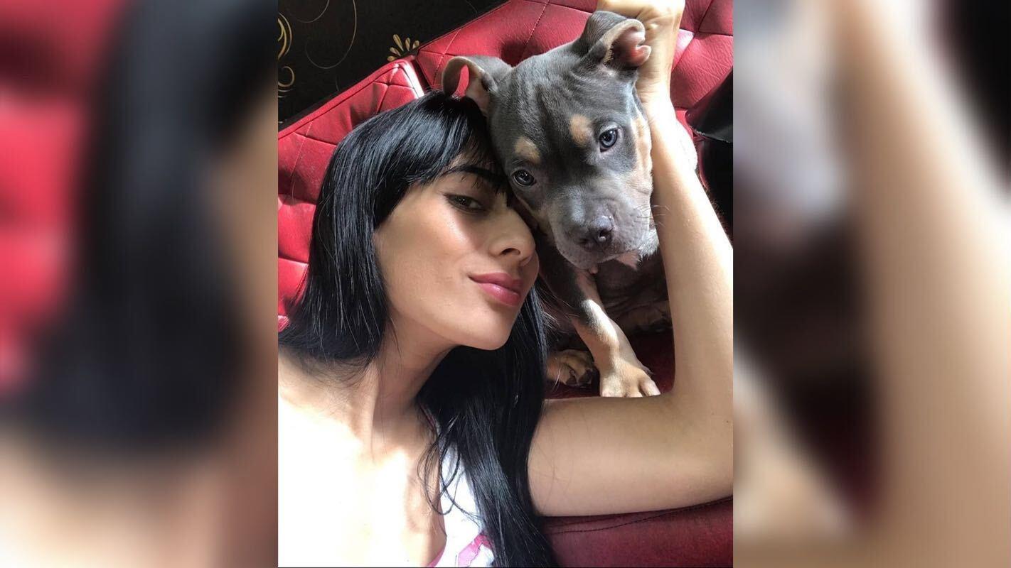 Maria Fernanda Echeverrytrauert um ihren verstorbenen Welpen Homerito.