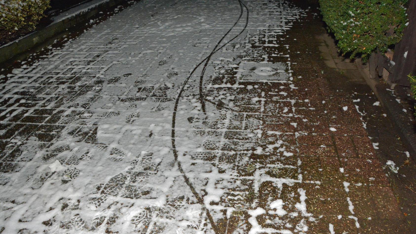 In Ratingen machte es ein Einbrecher der Polizei leicht: Er hinterließ gut lesbare Spuren im Schnee.