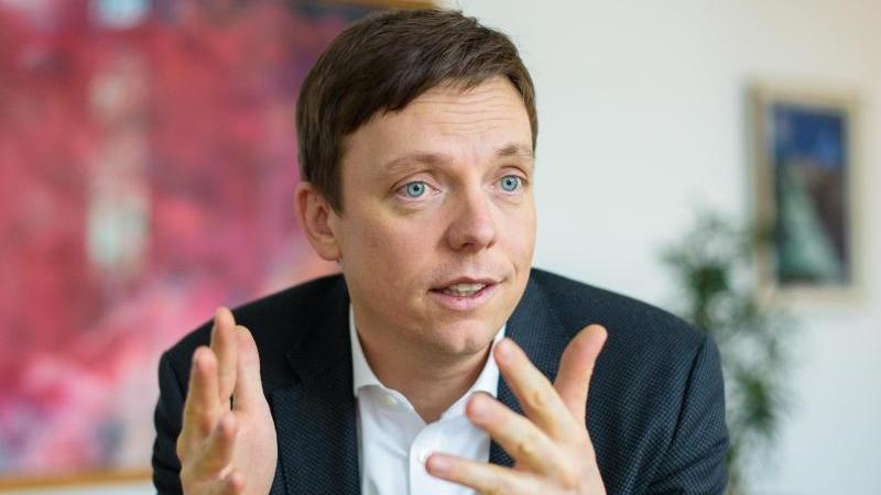 Tobias Hans (CDU), Ministerpräsident des Saarlandes, gestikuliert.). Foto: Oliver Dietze/dpa