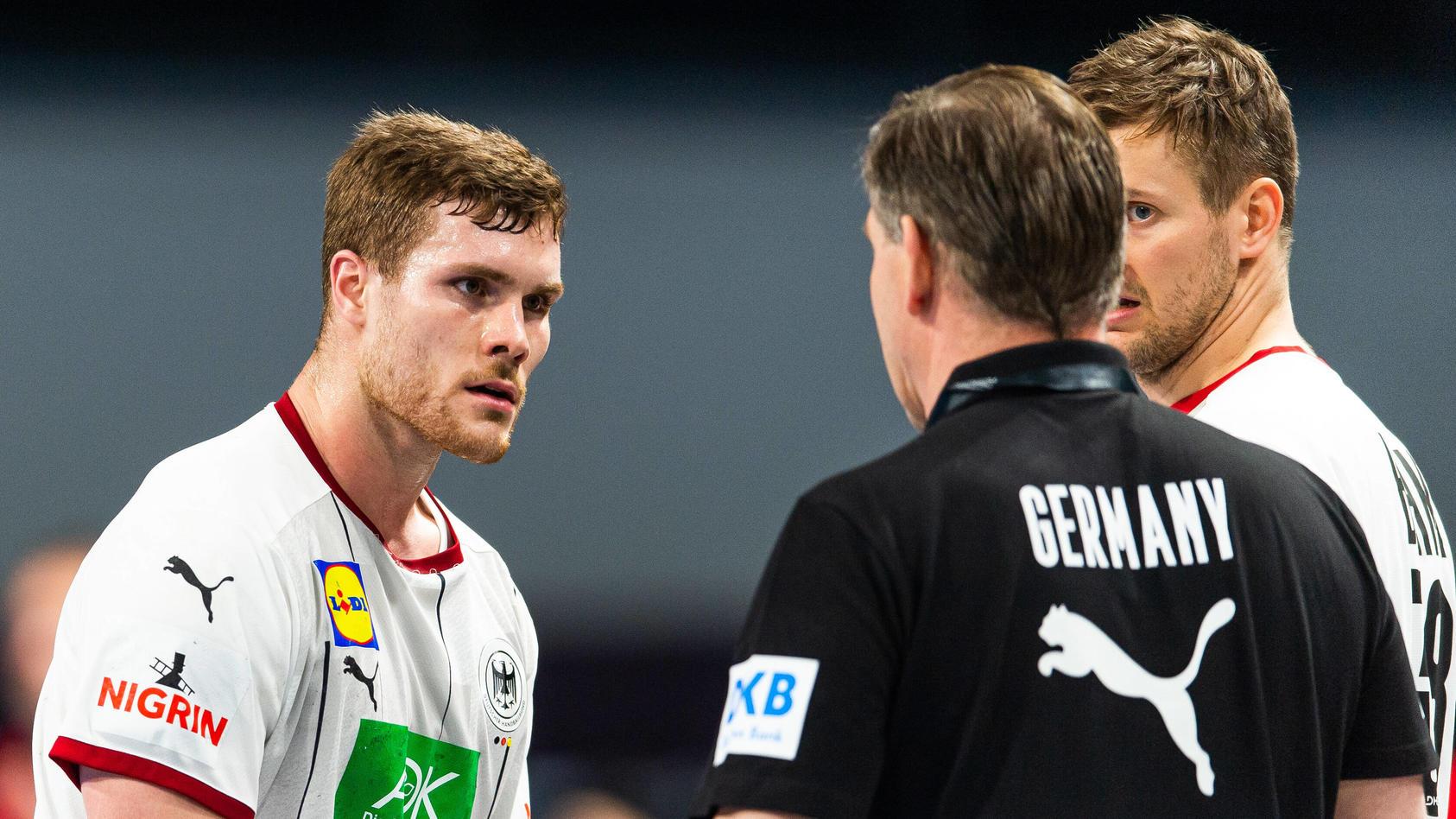 Ratlosigkeit beim DHB-Team: Die Mannschaft um Trainer Alfred Gislason (in schwarz) muss einen Rückschlag hinnehmen.