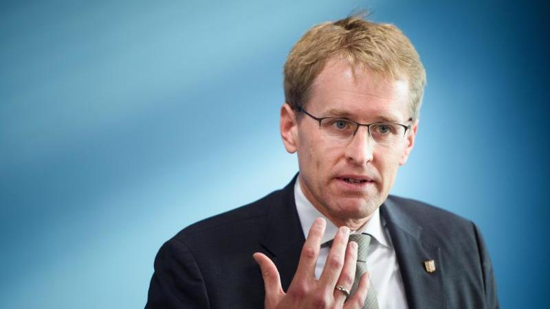 Daniel Günther (CDU), Ministerpräsident von Schleswig-Holstein, gestikuliert. Foto: Gregor Fischer/dpa
