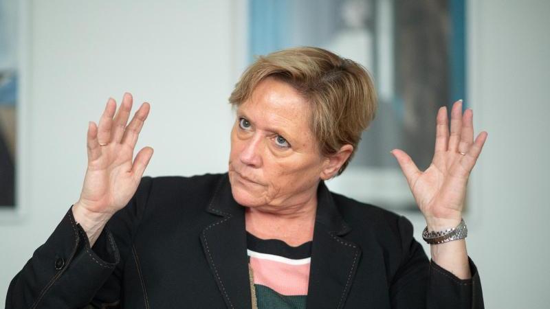 Susanne Eisenmann (CDU), Ministerin für Kultus, gestikuliert. Foto: Sebastian Gollnow/dpa