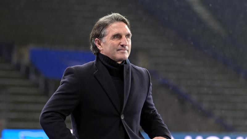 Trainer Bruno Labbadia von Hertha geht vor dem Spielbeginn zur Trainerbank. Foto: Soeren Stache/dpa-Zentralbild/ZB
