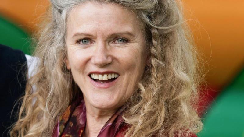 Barbara Sukowa muss Platz machen in ihrem Trophäen-Schrank. Foto: Henning Kaiser/dpa