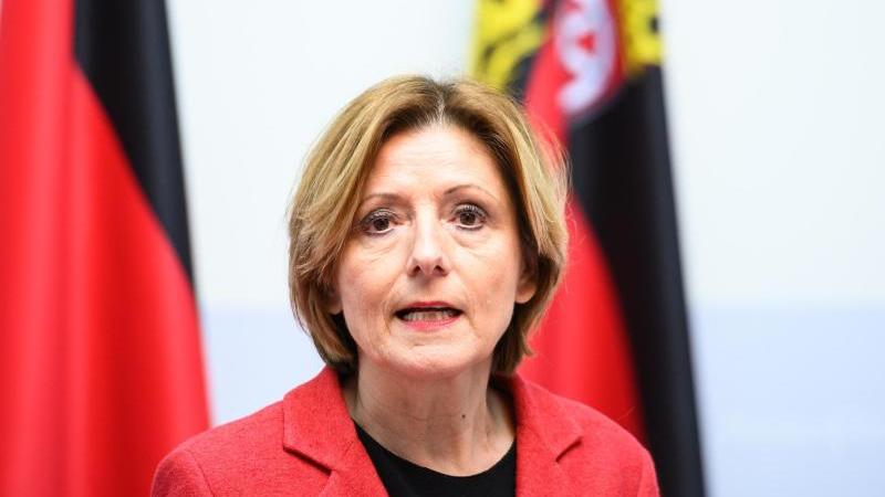 Malu Dreyer (SPD), Ministerpräsidentin in Rheinland-Pfalz, spricht auf einer Pressekonferenz. Foto: Andreas Arnold/dpa/Archivbild