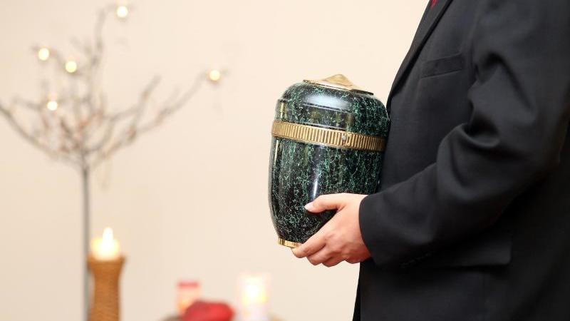 Die Urne eines Verstorbenen darf in der Regel nicht einfach zu Hause aufbewahrt werden. Foto: Sebastian Willnow/dpa-tmn