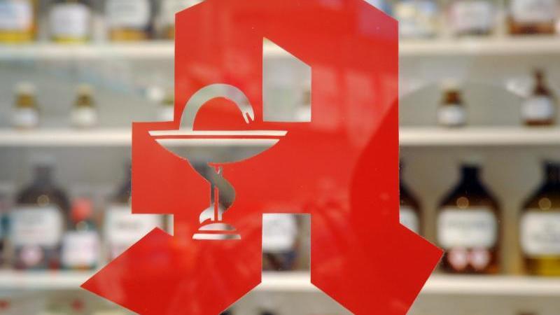 Das Logo an einer Apotheke. Foto: Uli Deck/dpa/Archivbild