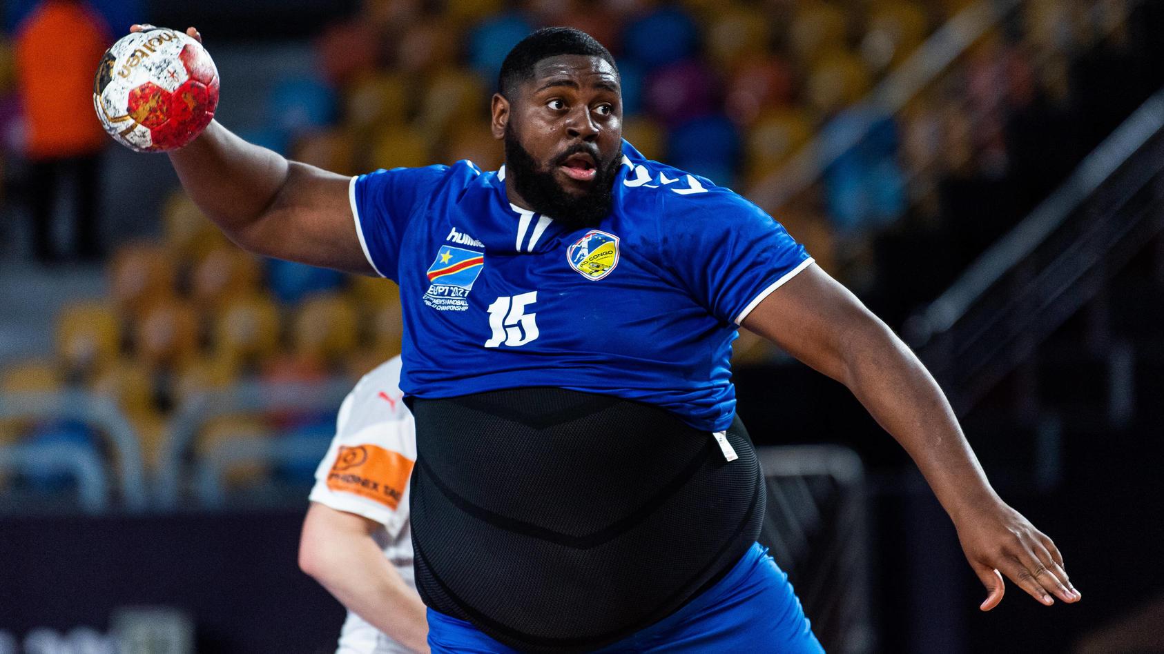 Handball-Trikots in XXXL hat der Kongo offenbar nicht produzieren lassen - El Gigante ist es wumpe