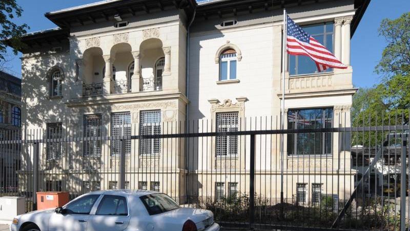 Wegen des Regierungswechsels in den USA hat die Polizei die Schutzmaßnahmen rund um das US-Konsulat verstärkt. Foto: Peter Endig/dpa/Archivbild