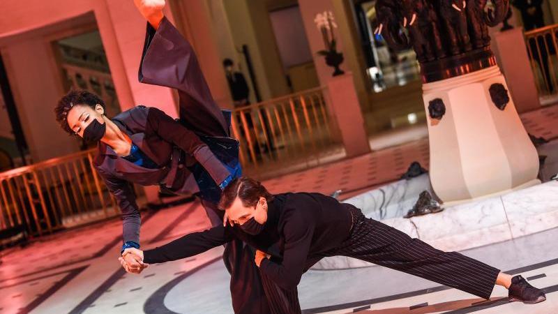 Models, Tänzer und Tänzerinnen zeigen Kreationen der Designerin Anja Gockel für die Herbst-/Wintersaison 2021/2022 bei der Berlin Fashion Week im Hotel Adlon. Foto: Kira Hofmann/dpa-Zentralbild/dpa/Archiv
