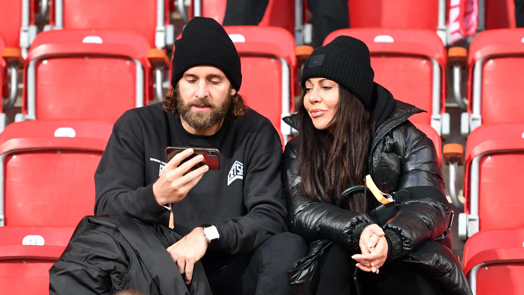 Silvio Heinevetter (Torwart DHB-Team) mit Lebensgefährtin Simone Thomalla (Schauspielerin) auf der Tribüne bei einem Spiel von Union Berlin