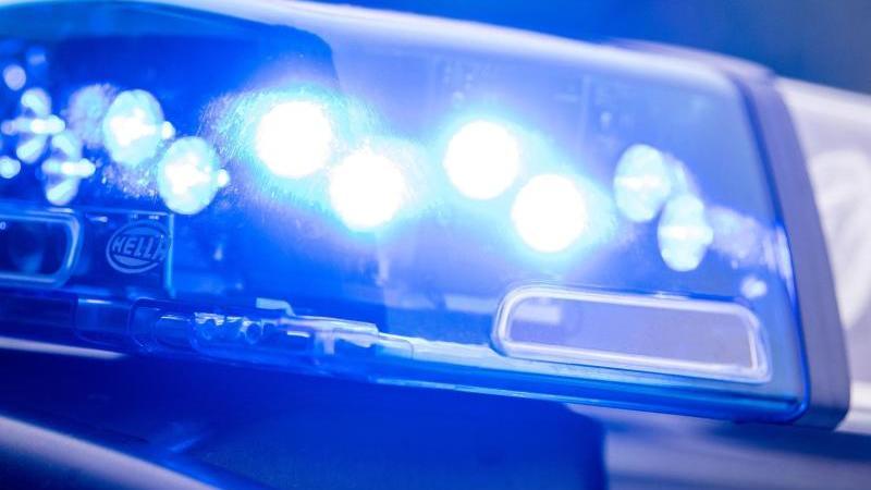 Ein Blaulicht leuchtet an einer Polizeistreife. Foto: Lino Mirgeler/dpa/Archiv