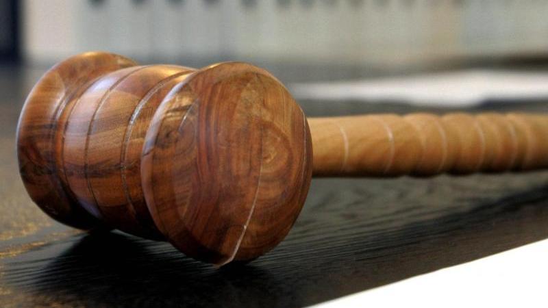 Ein Richterhammer liegt in einem Verhandlungssaal. Foto: Uli Deck/dpa