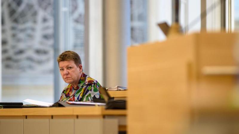 Claudia Dalbert (Die Grünen) sitzt im Plenarsaal des Landtages von Sachsen-Anhalt an der Regierungsbank. Foto: Klaus-Dietmar Gabbert/dpa-Zentralbild/ZB/Archiv