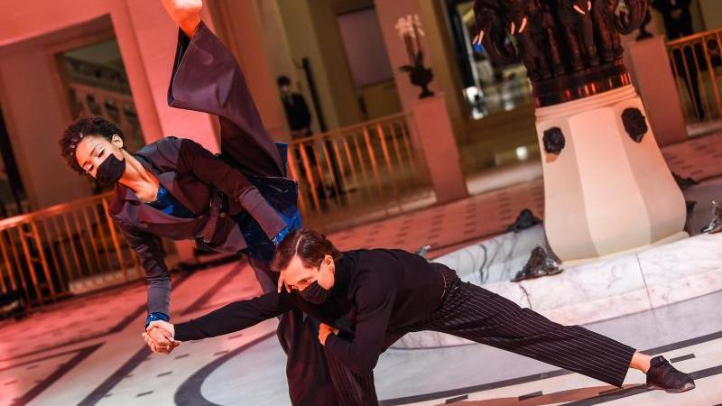 Models, Tänzer und Tänzerinnen zeigten Kreationen der Designerin Anja Gockel. Foto: Kira Hofmann/dpa-Zentralbild/dpa