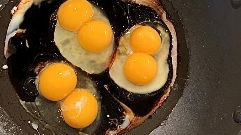 Zwei Eigelbe in einem Ei gefunden - kann man die Eier noch essen?