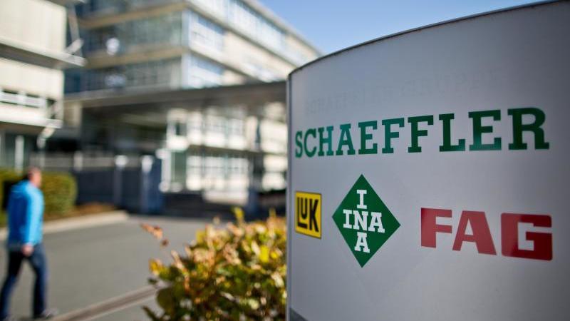 Der Eingangsbereich des Hauptsitzes der Schaeffler AG. Foto: Daniel Karmann/dpa/Archivbild