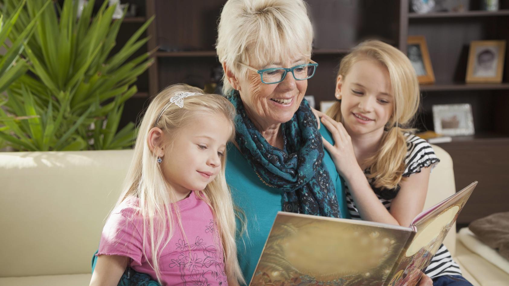Symbolbild: Großmutter mag es, ihre Enkel zu sehen