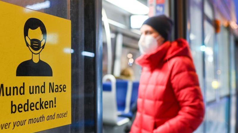 Einstieg nur noch mit OP-Maske oder noch besserem Schutz: Alltagsmasken sollen laut einem Bund-Länder-Beschluss in Bahnen und Bussen künftig bundesweit tabu sein. Foto: Tobias Hase/dpa/dpa-tmn