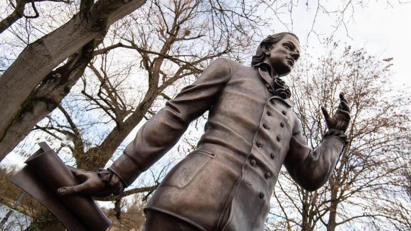 Hölderlin-Skulptur des Künstlers Waldemar Schröder in Nürtingen. Foto: Marijan Murat/dpa