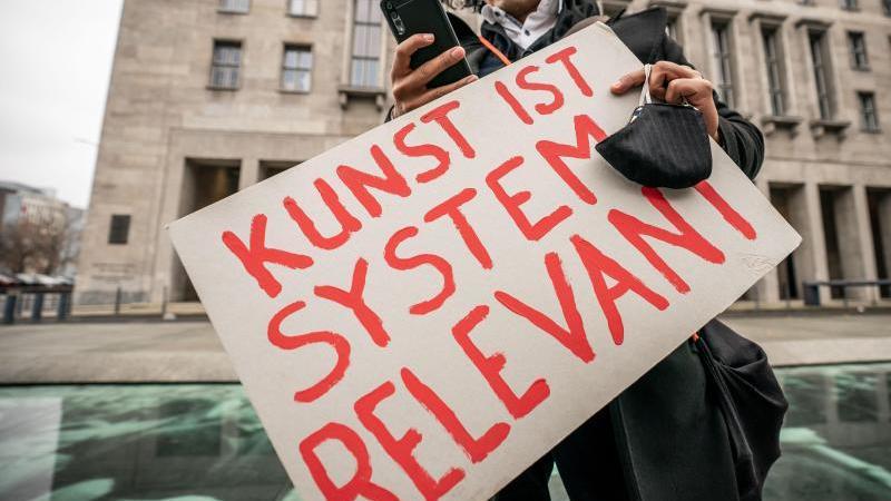 Künstler demonstrieren für wirksame Corona-Hilfen für Soloselbstständige vor dem Finanzministerium in Berlin. Foto: Michael Kappeler/dpa