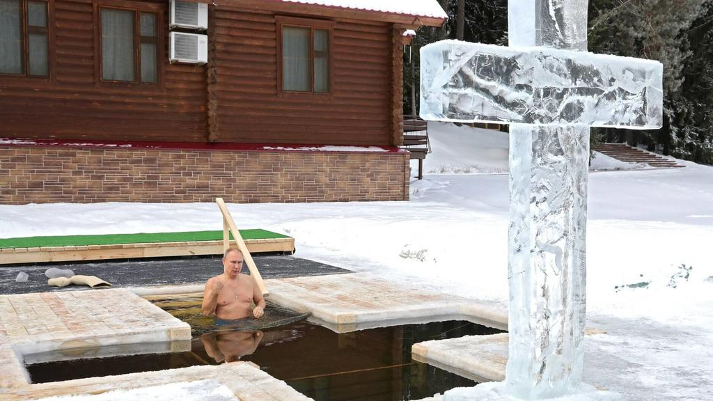 News Bilder des Tages January 19, 2021. - Russia, Moscow region. - Russian President Vladimir Putin takes a dip in an ice hole on the feastday of Epiphany. The Russian Orthodox Church celebrates Epiphany according to the Julian calendar. KremlinxPool