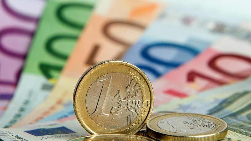 Euro-Banknoten und Euromünzen. Foto: Daniel Reinhardt/dpa/Symbolbild/Archiv