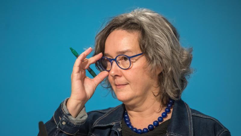 Heike Werner (Die Linke), Thüringer Ministerin für Gesundheit, schaut in die Runde. Foto: Michael Reichel/dpa-Zentralbild/dpa