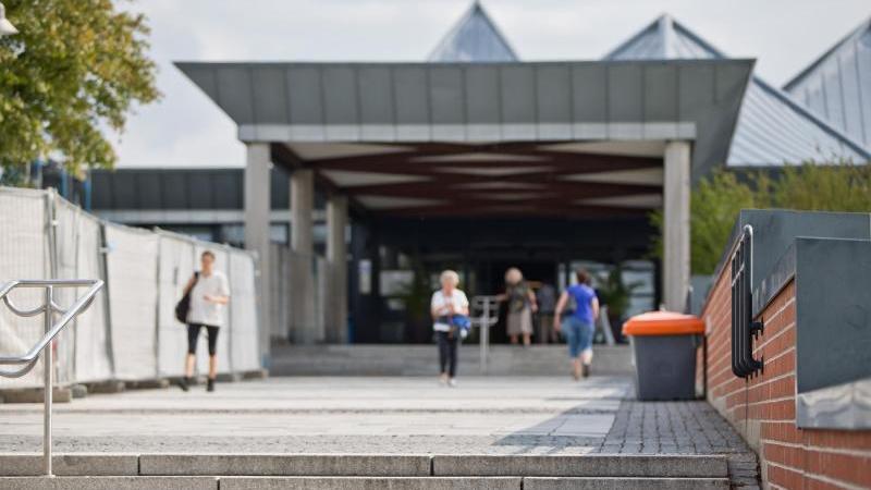 Blick auf den Haupteingang vom Klinikum Bayreuth. Foto: Daniel Karmann/dpa/Archiv