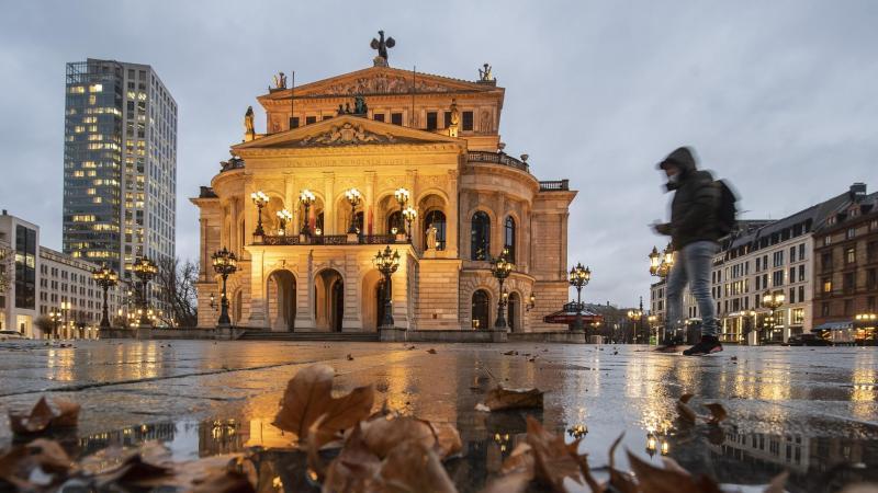 EinMann mit Mundschutz in Frankfurt am Main. Foto: Boris Roessler/dpa/Symbolbild/Archiv