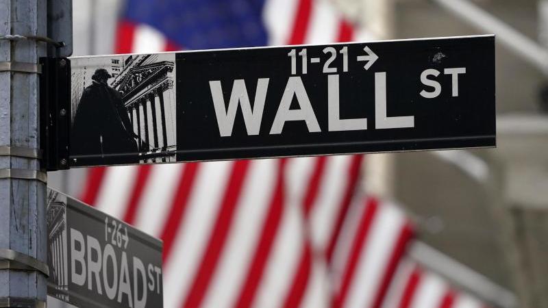 Die Anleger an der New Yorker Börse reagieren mit Kursgewinnen auf die Vereidigung des neuen US-Präsidenten. Foto: Seth Wenig/AP/dpa