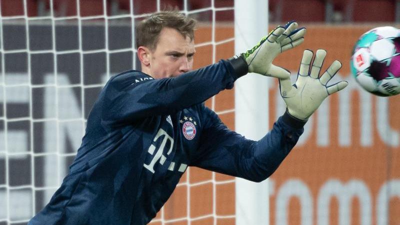 Manuel Neuer vom FC Bayern München wärmt sich auf. Foto: Sven Hoppe/dpa