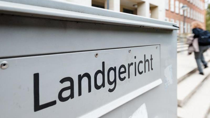 """Die Aufschrift """"Landgericht"""" an einem Briefkasten am Eingang des Landgerichts in Kiel. Foto: Markus Scholz/dpa/Archivbild"""