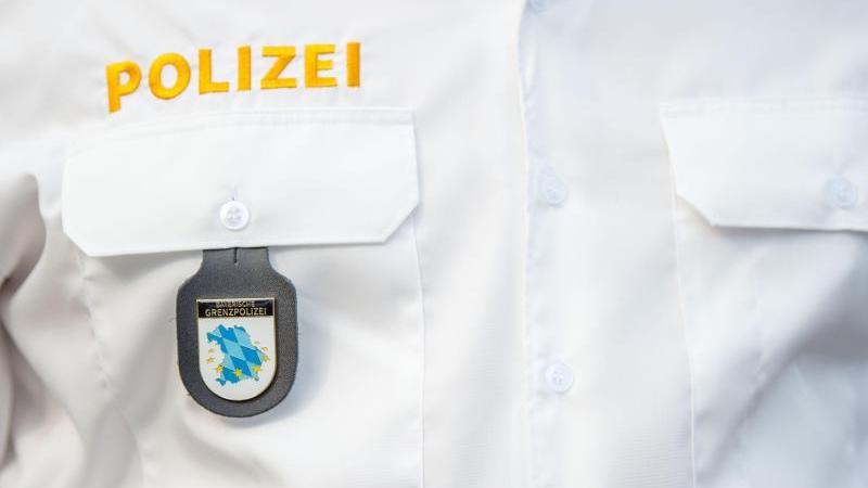 Das Emblem der bayerischen Grenzpolizei hängt amHemd eines Polizeibeamten. Foto: Lino Mirgeler/dpa/Symbolbild