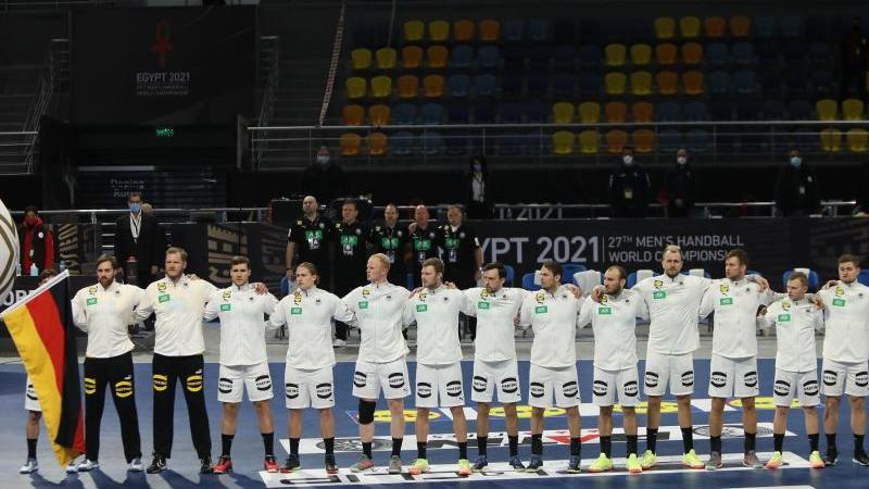 Gegen Spanien muss ein Sieg her, soll das Viertelfinale nicht in weite Ferne rücken: Die deutschen Spieler bei der Nationalhymne. Foto: Hazem Ismail/XinHua/dpa