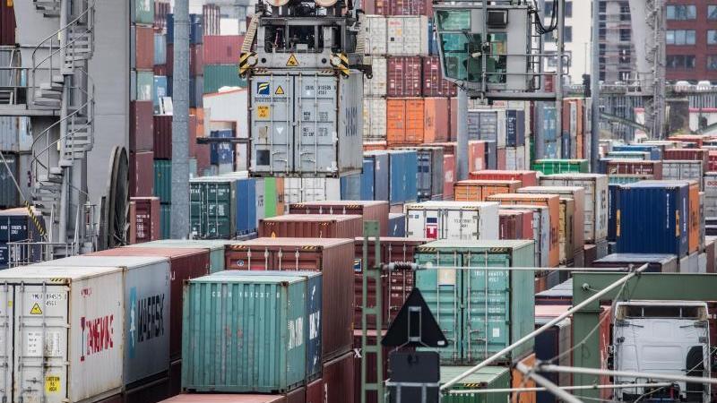Container werden verladen. Foto: picture alliance / Frank Rumpenhorst/dpa/Archivbild