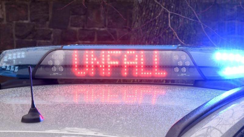 """Die Leuchtschrift """"Unfall"""" ist auf dem Dach eines Streifenwagens der Polizei zu sehen. Foto: Carsten Rehder/dpa/Archivbild"""