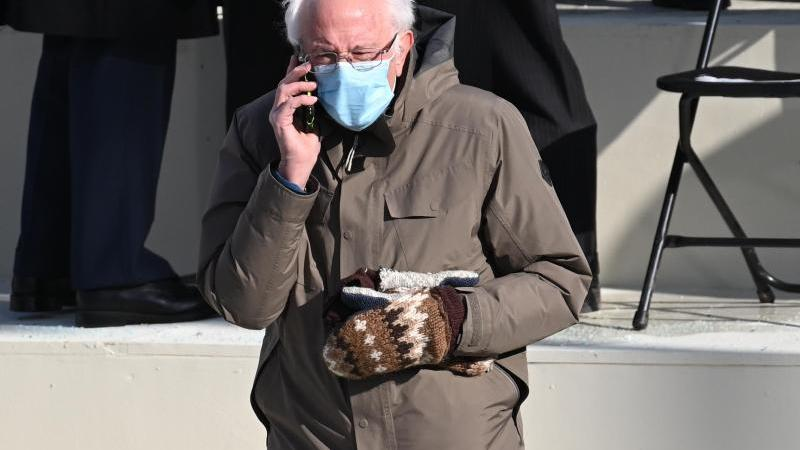 Der US-Senator Bernie Sanders trägt Handschuhe währemd der Amtseinführung des neuen Präsidenten vor dem Kapitol. Foto: Saul Loeb/Pool AFP/AP/dpa
