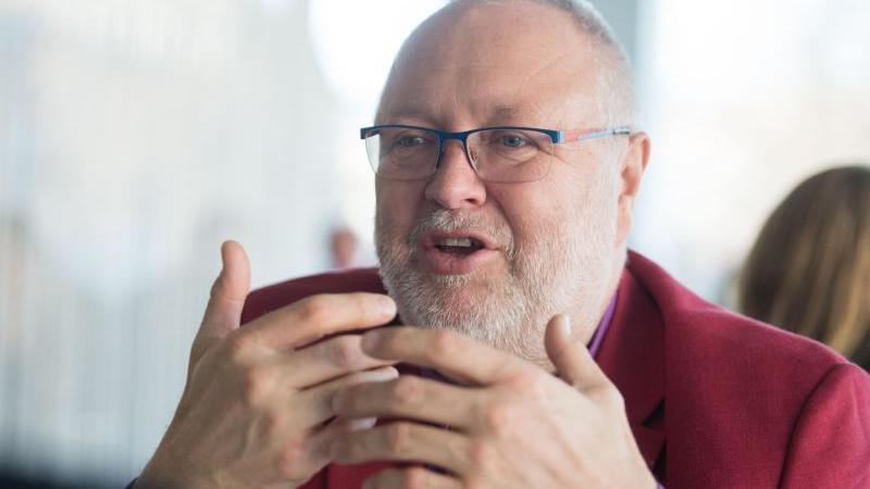 Der baden-württembergische Landesvorsitzende der Gewerkschaft der Polizei (GdP), Hans-Jürgen Kirstein, spricht. Foto: picture alliance / Lino Mirgeler/dpa/Archivbild