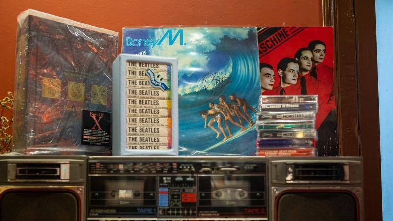 """Immer noch gefragt: """"Oceans of Fantasy"""" von Boney M. in einem Hanoier Plattenladen. Foto: Chris Humphrey/dpa"""