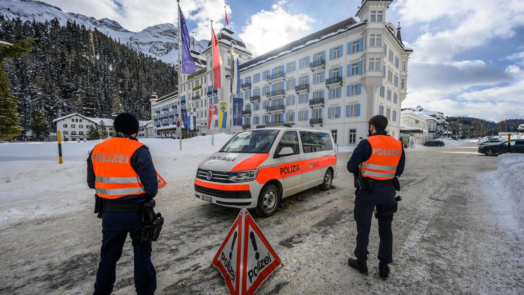 18.01.2021, Schweiz, St. Moritz: Ein Polizeiauto steht vor demEingang des Hotel Kempinski. Das Badrutt's Palace und das Hotel Kempinski wurden wegen des mutierten Coronavirus unter Quarantäne gestellt. Am 19.01.2021 soll mit Massentests für die ganz