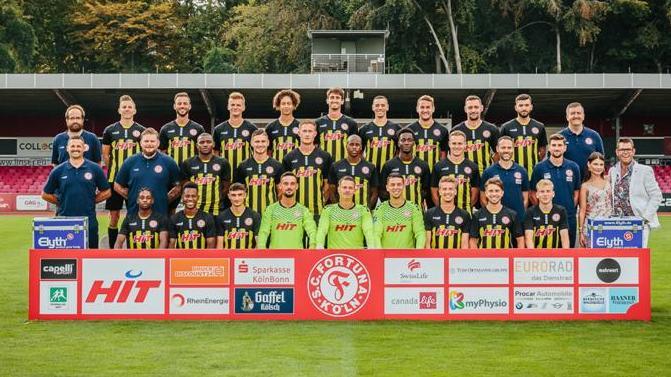 """Steffi und Deniis Schick posieren gemeinsam mit dem Fußballverein """"SC Fortuna Köln"""""""