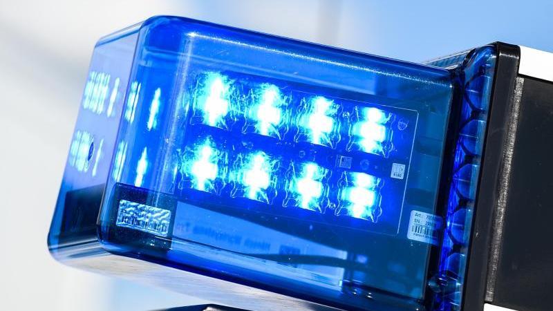 Ein Blaulicht auf dem Dach eines Einsatzfahrzeugs. Foto: Christophe Gateau/dpa/Symbolbild