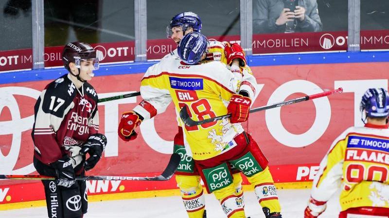 Alexander Ehl freut sich mit Alexander Barta (hinten)über sein Tor. Foto: Rolf Vennenbernd/dpa